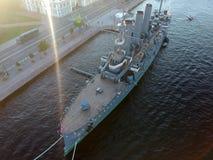 日落在内娃河的极光巡洋舰顶视图在圣彼得堡 库存图片
