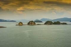 日落在凌家卫岛马来西亚群岛  免版税库存照片