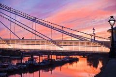 日落在切尔西桥梁伦敦 免版税图库摄影