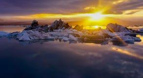 日落在午夜,冰川盐水湖,冰岛 免版税库存照片