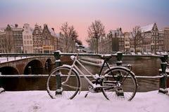 日落在多雪的阿姆斯特丹在荷兰 库存照片