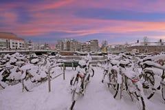 日落在多雪的阿姆斯特丹在Amstel的荷兰 库存图片