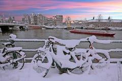 日落在多雪的阿姆斯特丹在Amstel的荷兰 免版税库存图片