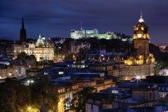 日落在夜爱丁堡,苏格兰 图库摄影