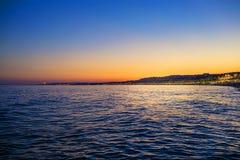 日落在尼斯,法国,从海滩的看法 库存图片