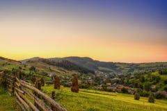 日落在山之间的一个村庄,平安的看法 图库摄影