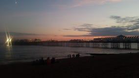 日落在布赖顿,码头,海视图 免版税库存图片