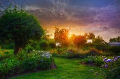 日落在庭院里 库存照片
