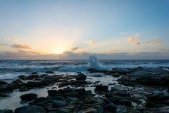 日落在开普敦,有飞溅的南非挥动 免版税图库摄影