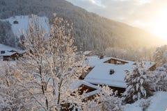 日落在晚上在法国阿尔卑斯在冬天 免版税库存照片