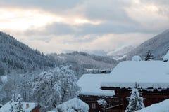 日落在晚上在法国阿尔卑斯 免版税库存照片