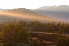 日落在月亮的火山口的太阳光芒 库存图片