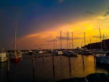 日落在有小船的威尼斯在码头 免版税库存照片