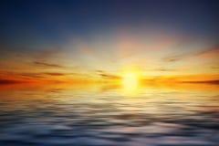 日落在有美好的光的河 免版税库存照片