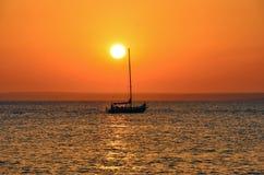 日落在有船的海 库存图片