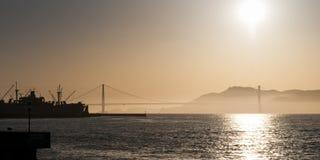 日落在有金门桥的旧金山 免版税图库摄影
