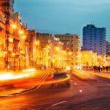 日落在有El Malecon街灯的哈瓦那旧城  图库摄影