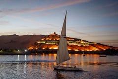 日落在有Felucca小船的阿斯旺埃及在尼罗河 免版税库存图片