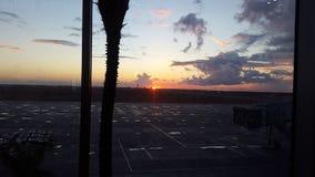 日落在机场 免版税库存照片
