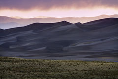 日落在极大的沙丘国家公园 免版税库存照片