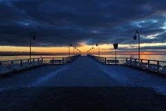 日落在格丁尼亚/波兰, Molo在Orlowo 库存图片