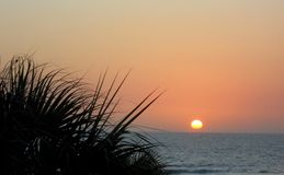 日落在水傍晚时间 库存图片