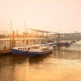 日落在汉堡在一下雾的夜晚易北河 图库摄影