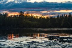 日落在河的森林森林里 ?? 库存照片