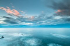 日落在海岸和海滩的海加利西亚和阿斯图里亚斯 免版税库存图片
