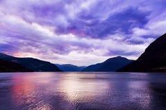 日落在海湾Hardanger挪威 图库摄影