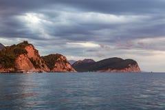 日落在海的黑山 库存照片