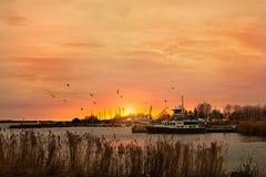 日落在港口在阿尔梅勒 免版税库存照片