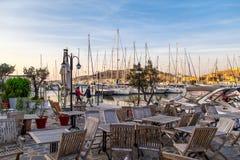 日落在游艇小游艇船坞在Cesme用咖啡馆 免版税库存照片