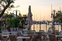 日落在游艇小游艇船坞在Cesme用咖啡馆 免版税库存图片