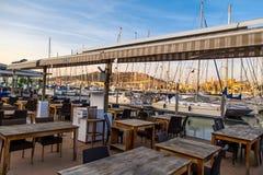 日落在游艇小游艇船坞在Cesme用咖啡馆 图库摄影