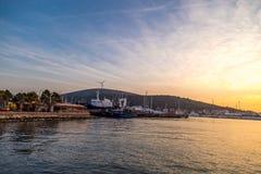 日落在游艇小游艇船坞在Cesme 图库摄影