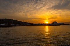日落在游艇小游艇船坞在Cesme 免版税库存照片