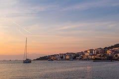 日落在游艇小游艇船坞在Cesme 库存图片