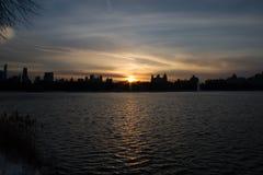 日落在湖反射在曼哈顿 库存照片