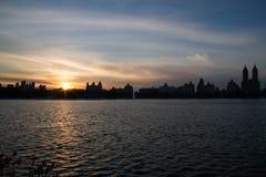 日落在湖反射在曼哈顿 免版税库存照片