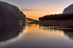 日落在湖 库存图片