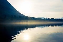 日落在湖 免版税库存图片