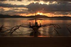 日落在热带海岛天堂 免版税库存图片