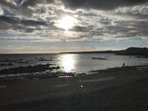 日落在特内里费岛海滩风平浪静 免版税库存照片