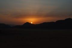 日落在瓦地伦沙漠(约旦) 免版税库存照片