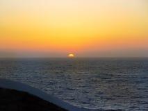 日落在米科诺斯岛cyclides海岛在希腊 库存图片