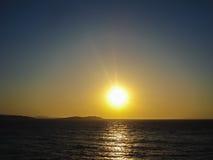 日落在米科诺斯岛cyclides海岛在希腊 免版税库存照片