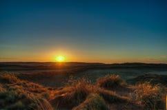 日落在纳米比亚沙漠 库存照片