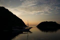 日落在纳闽Bajo在印度尼西亚 库存照片