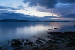 日落在蓝色小时内,黑海海岸,保加利亚 图库摄影